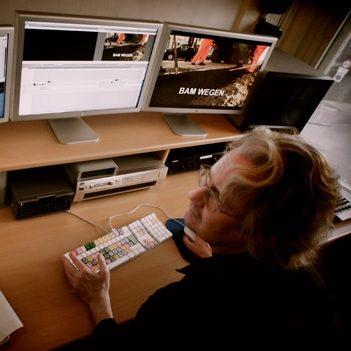 Rob Kwak aan het editten voor een commerciële opdracht in zijn edittingsuite.