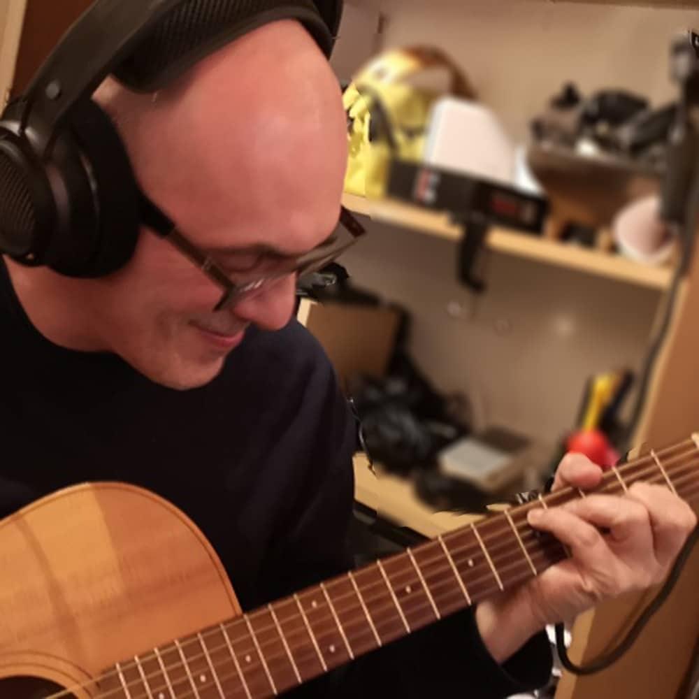 Ruud Altorf speelt gitaar.